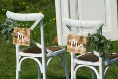 2-Crossback-Chairs-freie-Trauung