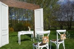 Antike-Altbautüren-als-Traubogen-mit-Crossback-Chairs